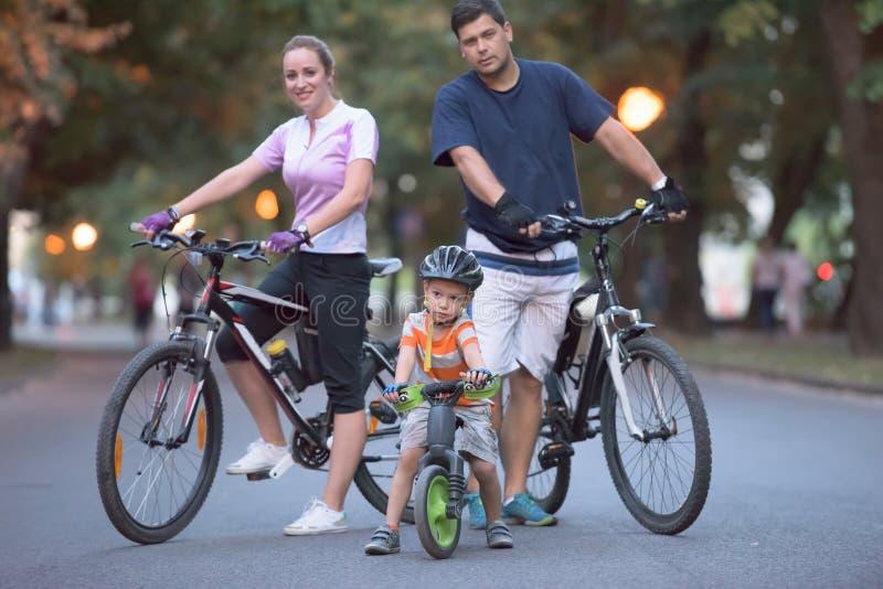 与自行车的年轻家庭 图库摄影