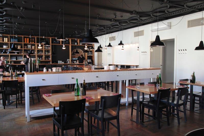 与舒适内部的现代咖啡馆 免版税库存图片