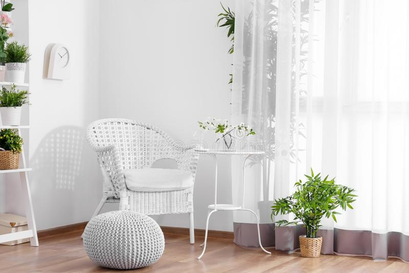 与舒适家具的美丽的现代游廊 免版税库存图片