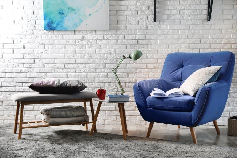 与舒适的家具和书的室内部 库存图片
