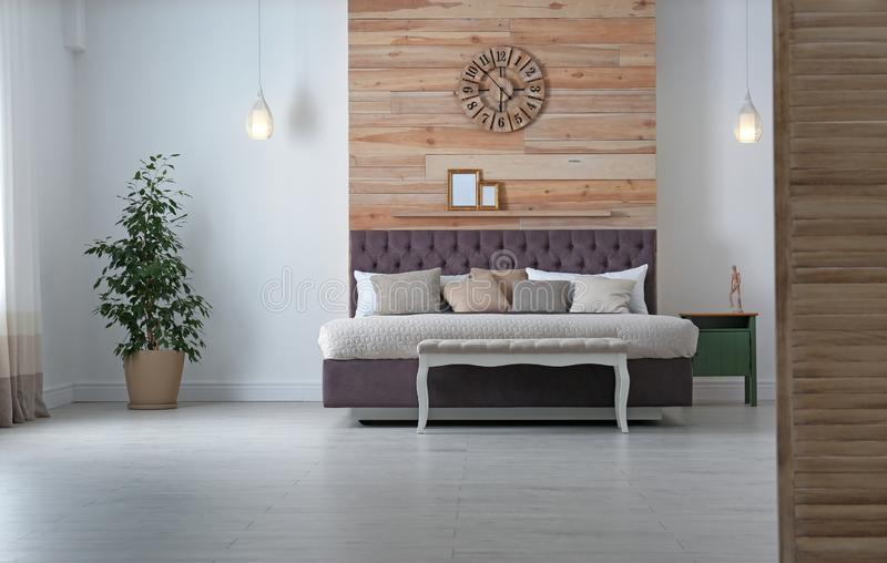 与舒适的床的当代室内部 库存图片