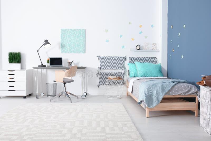 与舒适的床的现代儿童居室内部 免版税库存照片