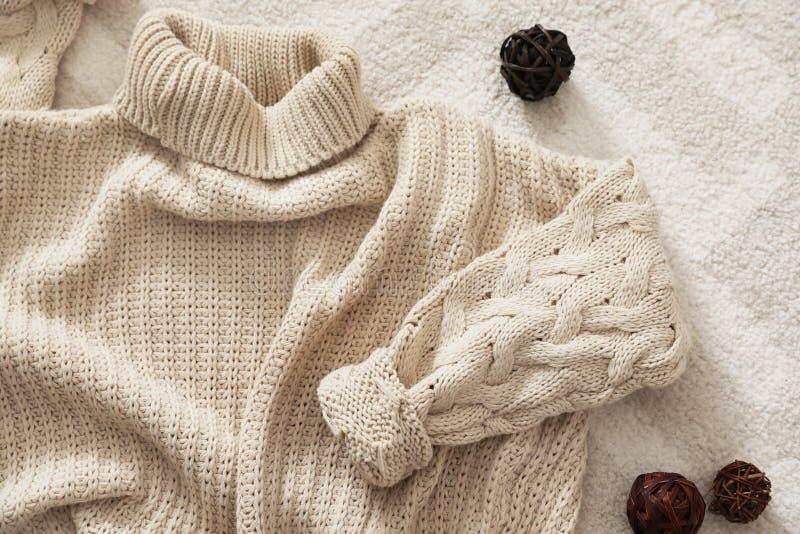 与舒适被编织的毛线衣的平的被放置的构成 免版税库存照片