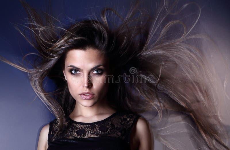 与航空工作室射击吹的头发的美好的有吸引力的性感的新巴西时装模特儿 免版税库存图片
