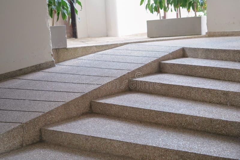 与舷梯的修造的入口足迹老长辈的或不在旅馆里能自助人废人轮椅 免版税库存图片