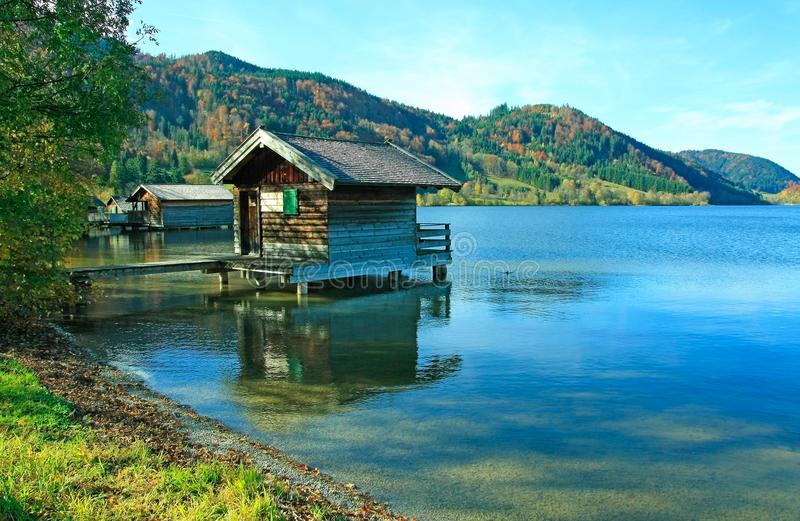 与船库的湖schliersee,秋季风景德国 免版税库存图片