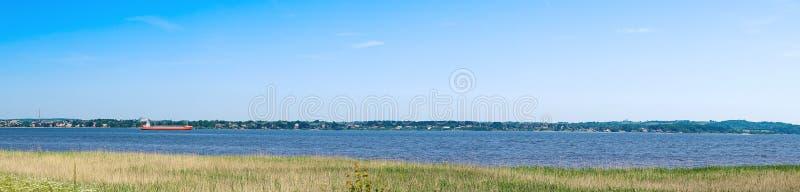 与船的全景风景 免版税库存照片