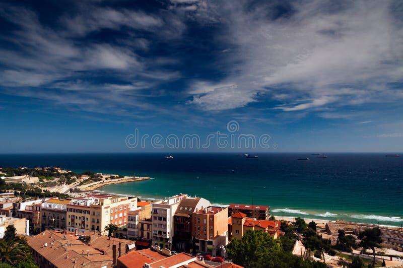 与船的海岸视图在距离 免版税库存照片
