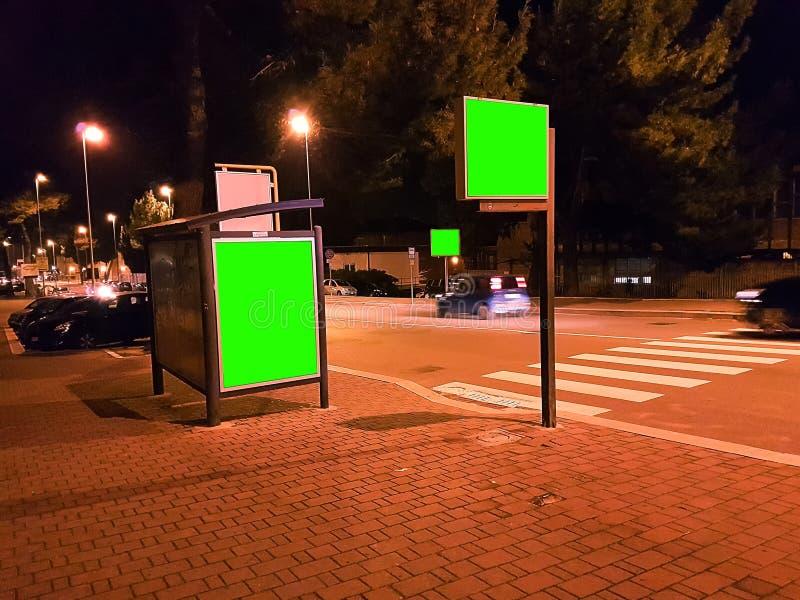 与色度钥匙绿色屏幕的广告牌在交通城市夜 免版税图库摄影