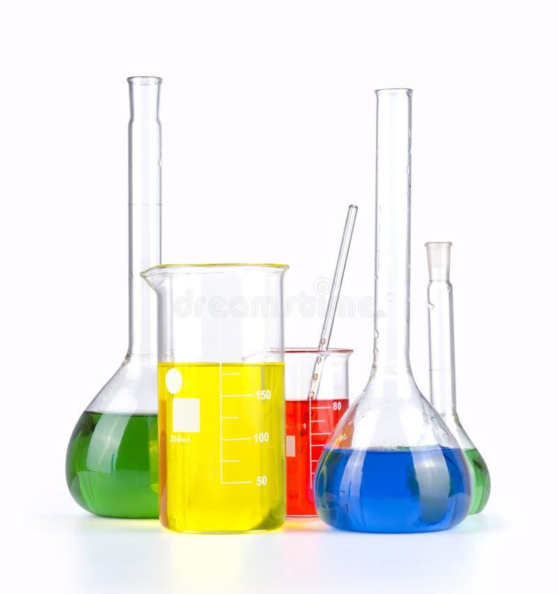 与色的液体的另外实验室玻璃器皿被隔绝在白色 库存照片
