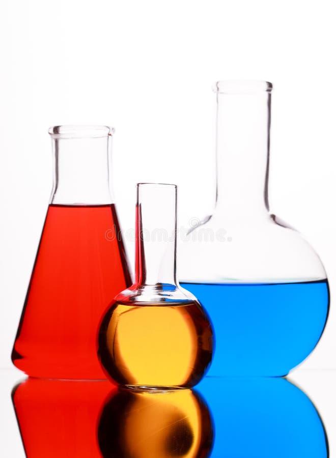 与色的液体的玻壳在白色背景 库存图片