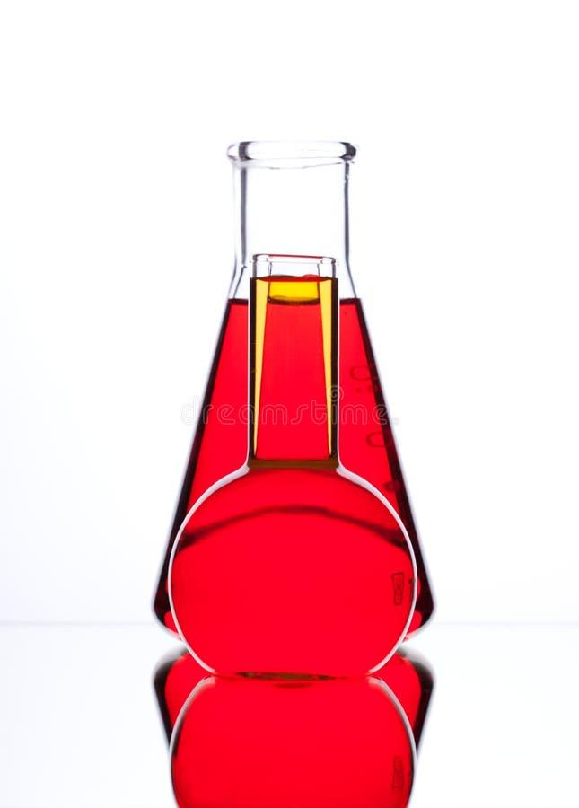 与色的液体(黄色的玻壳,红色和蓝色)在丝毫 库存图片