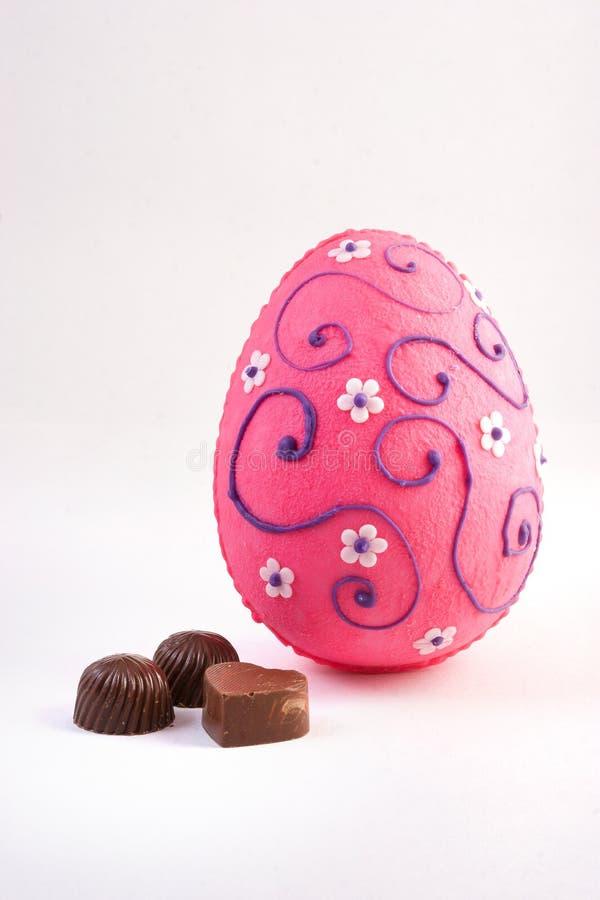 与色的糖装饰的朱古力蛋 免版税库存图片