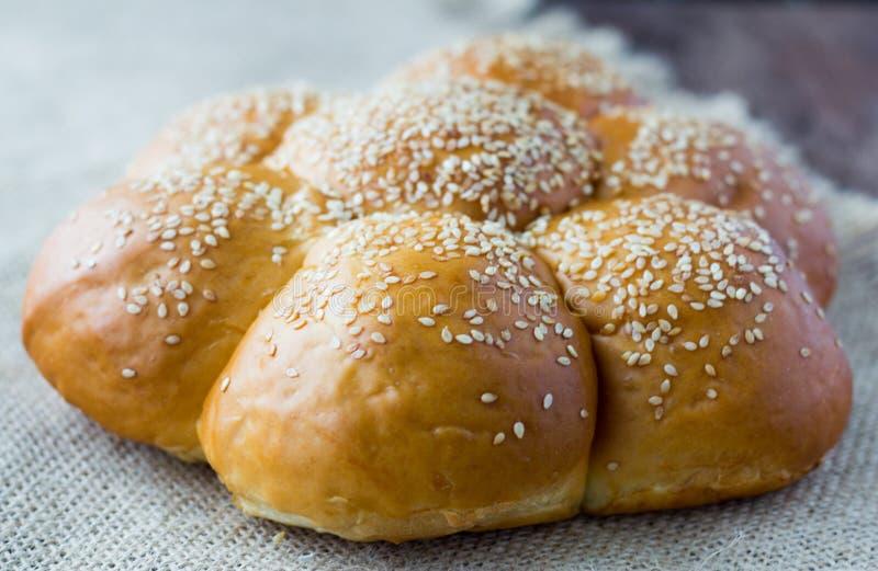 与芝麻籽的新鲜的小圆面包 库存照片
