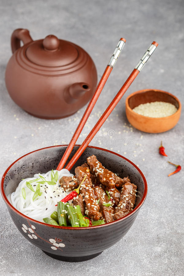 与芝麻籽、青豆和米线的油煎的辣牛肉 免版税库存图片