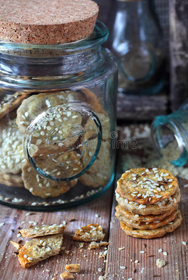 与芝麻籽的拉伊薄脆饼干在木背景和在g 库存图片