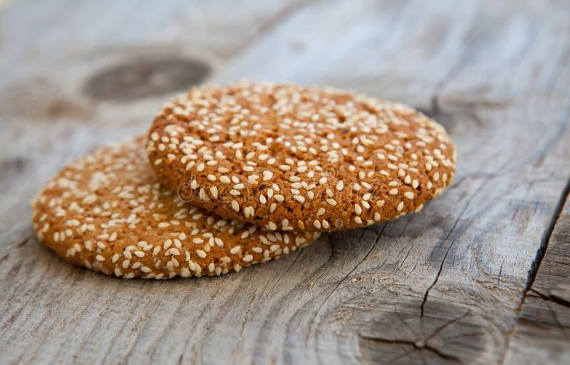 与芝麻籽的燕麦曲奇饼 免版税库存图片