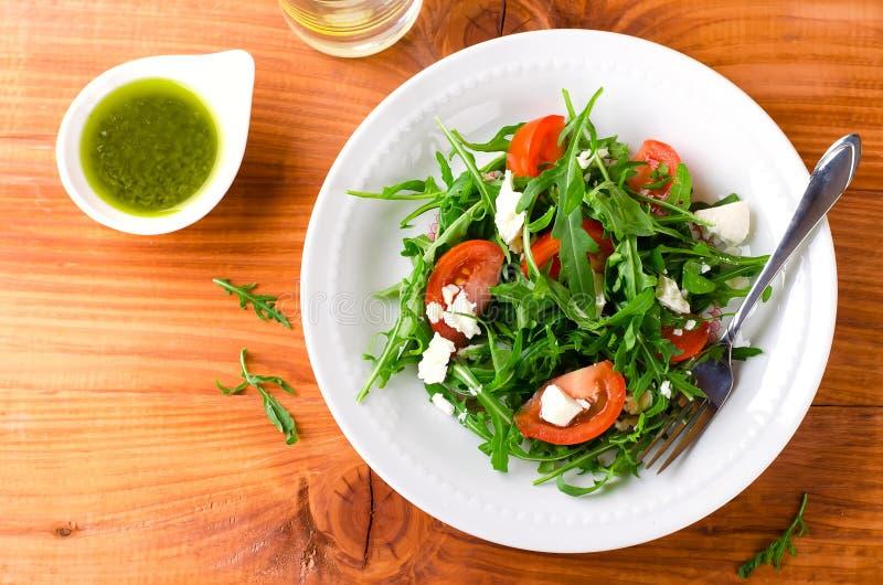 与芝麻菜、蕃茄和希腊白软干酪的蔬菜沙拉 免版税库存图片