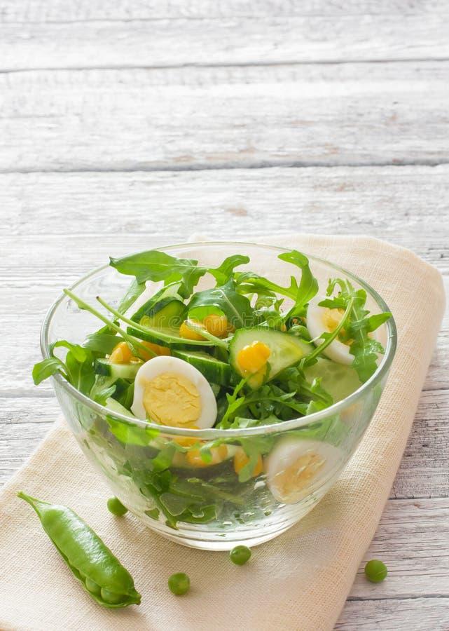 与芝麻菜、黄瓜和鸡蛋的菜沙拉 免版税图库摄影