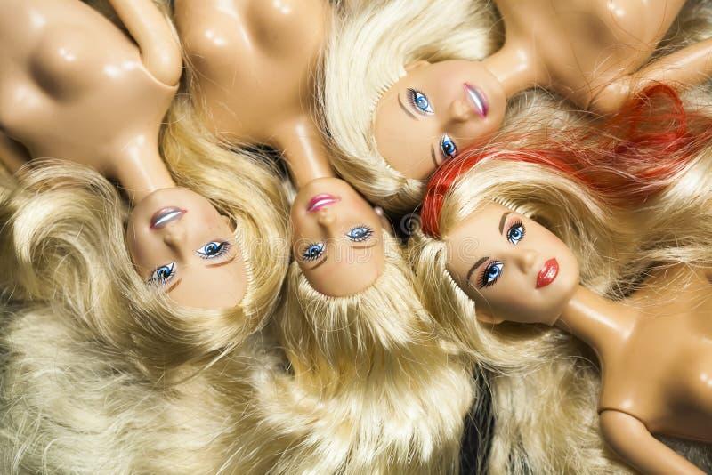 与芭比娃娃玩偶的五颜六色的构成 免版税库存图片