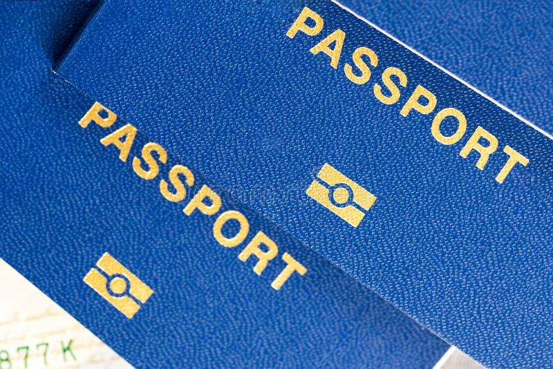 与芯片标志的特写镜头蓝色生物统计的护照 没有边界概念的旅行 免版税库存照片