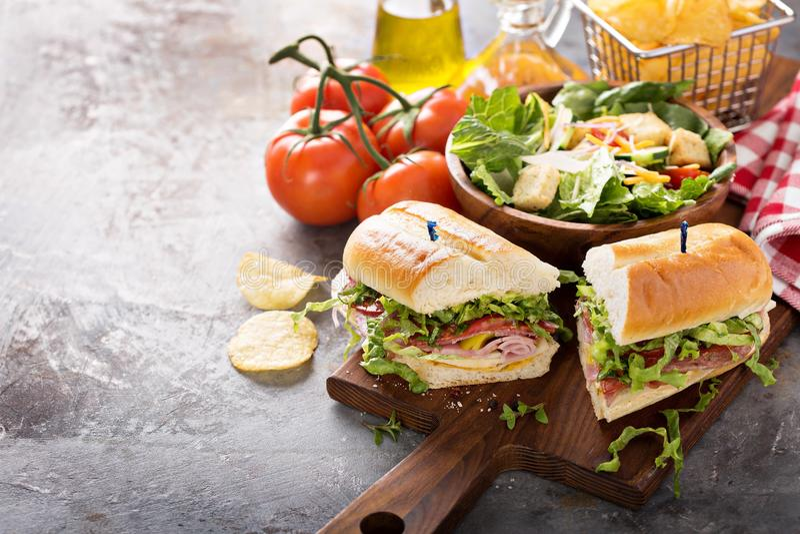 与芯片的意大利次级三明治 库存照片