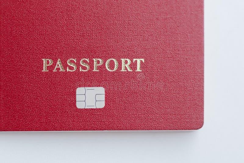 与芯片的护照在白色背景 电子证明芯片 库存照片