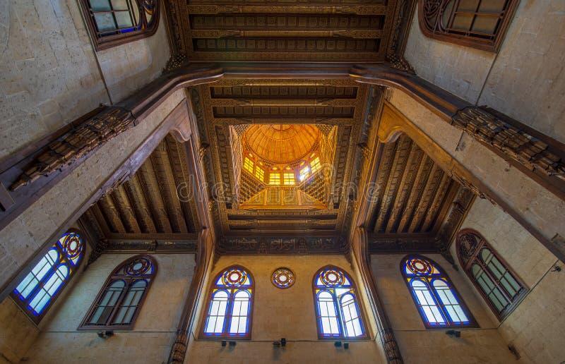 与花卉样式装饰和污迹玻璃窗的装饰的天花板在苏丹Al Ghuri陵墓,开罗,埃及 库存照片