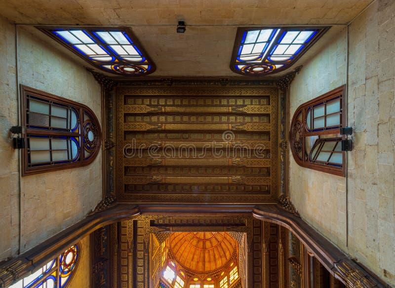与花卉样式装饰的装饰的天花板在苏丹Al Ghuri陵墓,开罗,埃及 库存照片