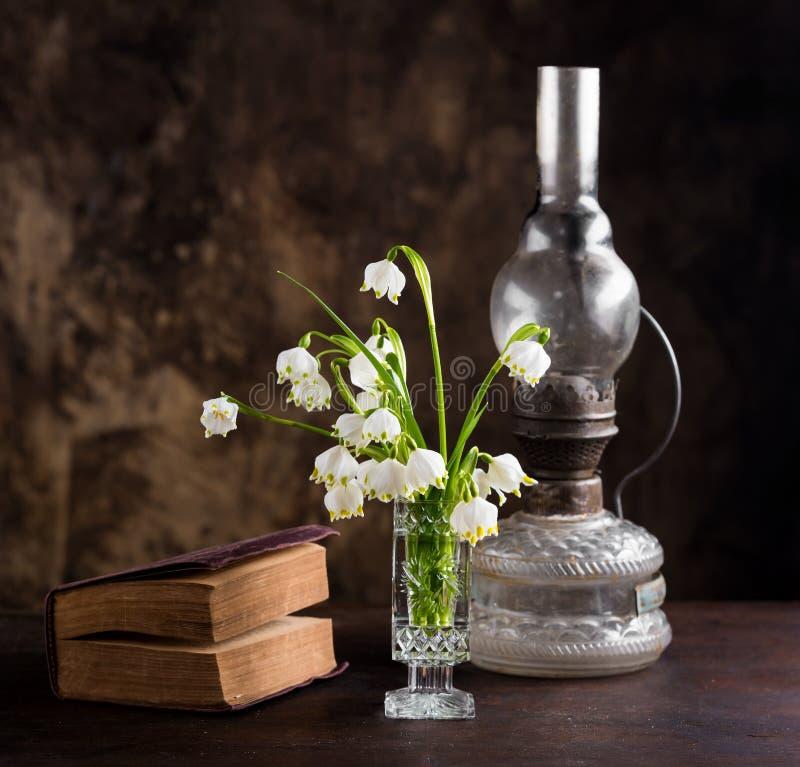与花和书花束的静物画  免版税图库摄影