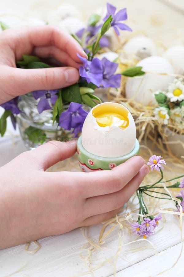 与花和复活节彩蛋的静物画 库存图片