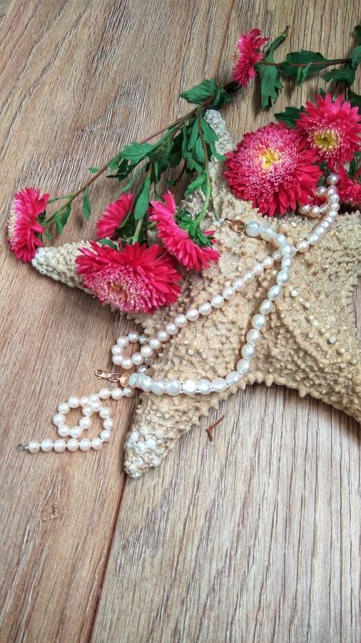 与花和珍珠的海星 图库摄影