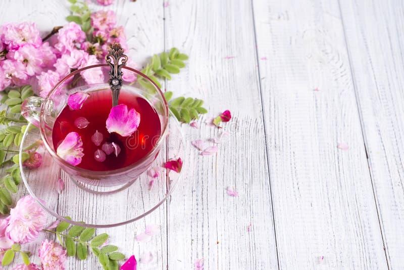 与花和茶的清凉茶成份 免版税库存照片