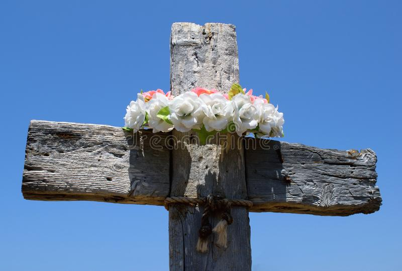 与花圈的木十字架 免版税库存图片