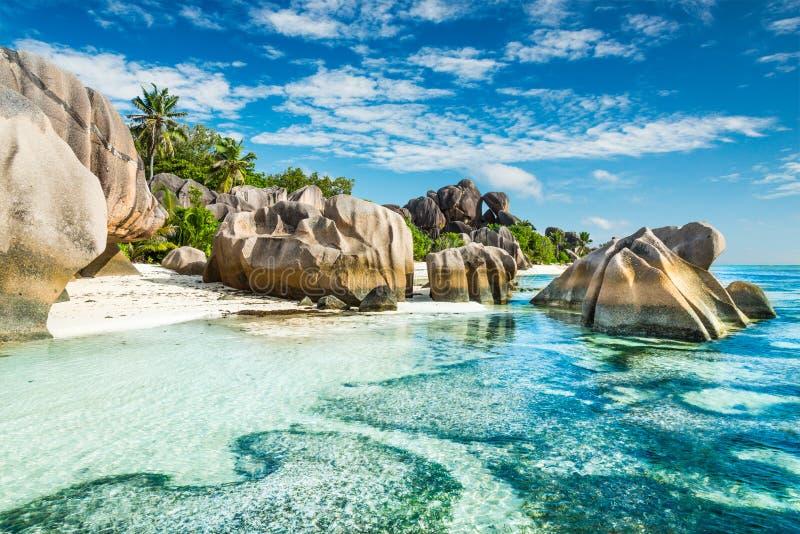 与花岗岩冰砾的Anse Sous d'Argent海滩 免版税库存图片