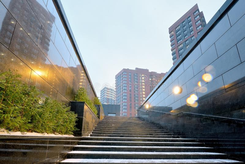 与花岗岩步和高层居民住房的室外楼梯 库存图片
