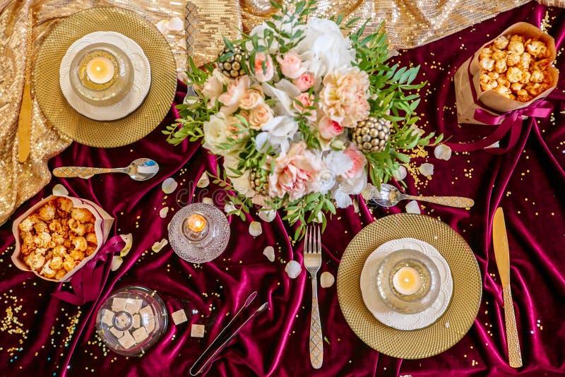 与花束和蜡烛的服务的桌 图库摄影
