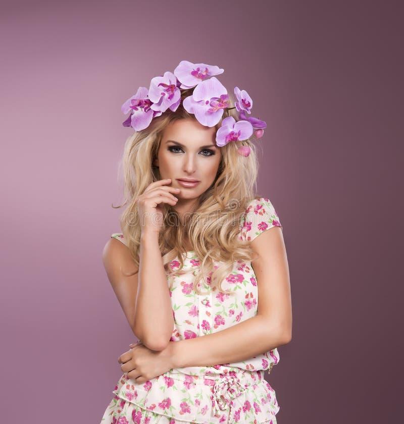与花演播室sho花圈的年轻美丽的妇女画象  免版税图库摄影