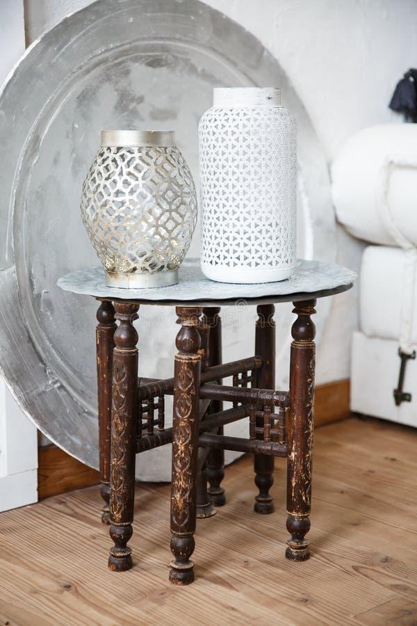 与花瓶的葡萄酒传统阿拉伯桌对此 免版税图库摄影