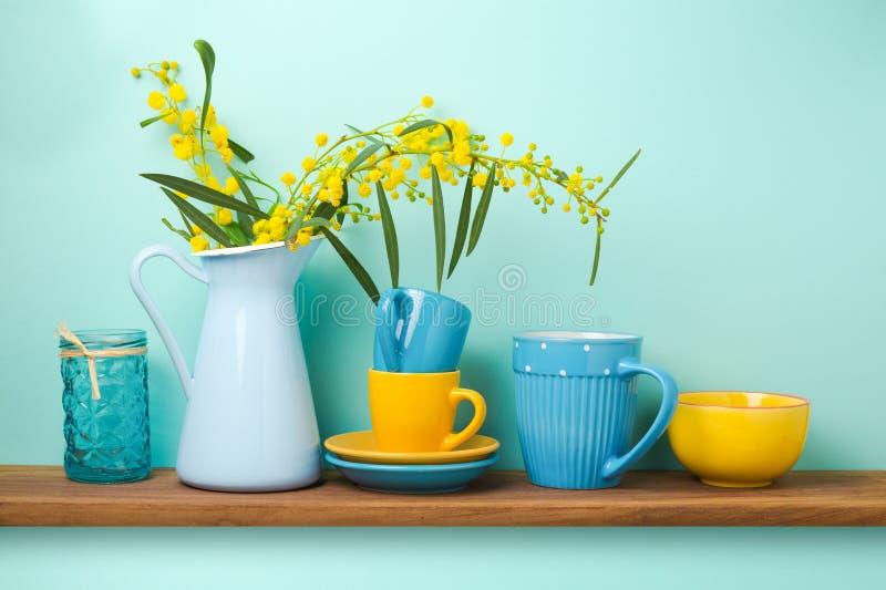 与花的厨房架子在花瓶和碗筷 免版税库存照片