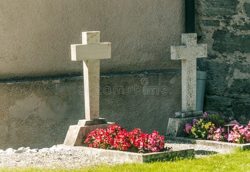 与花的坟墓 免版税库存照片