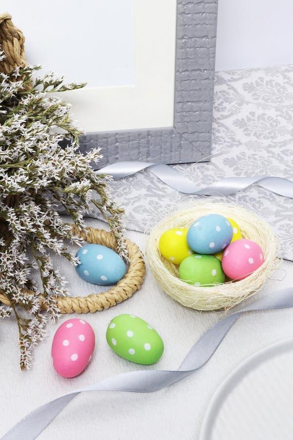 与花的复活节彩蛋在桌上 免版税库存照片