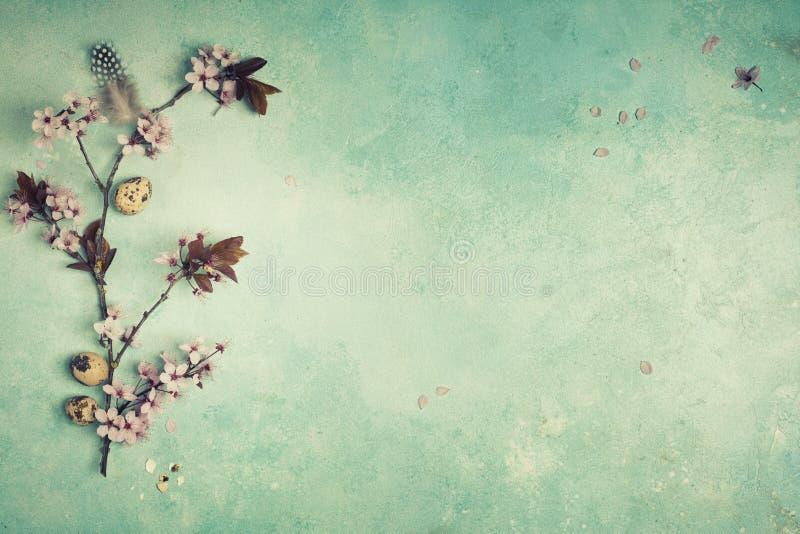与花的复活节构成 免版税库存照片