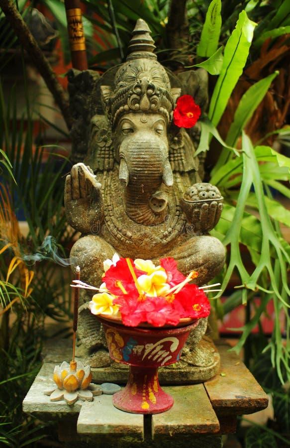 与花的大象雕象 免版税库存照片