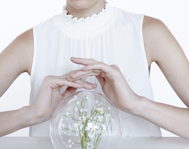 与花的妇女模型在首饰自然干净的健康的清楚的球 库存照片