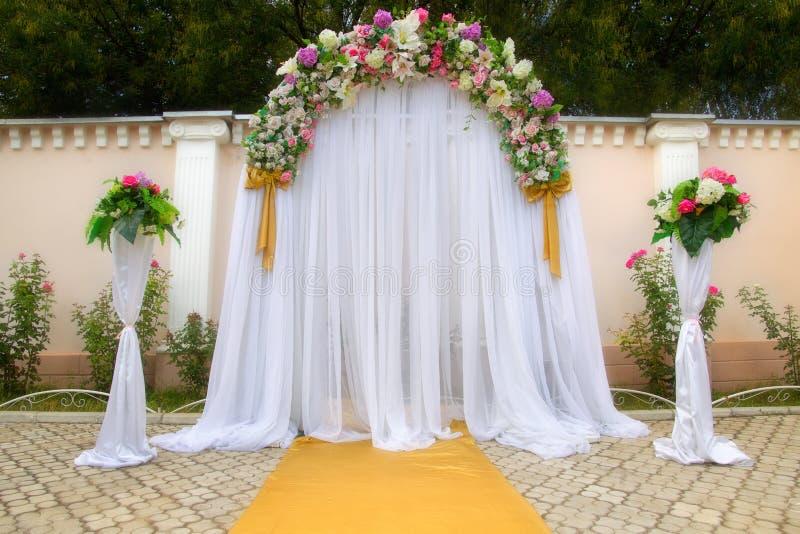 与花的婚礼曲拱 免版税库存图片