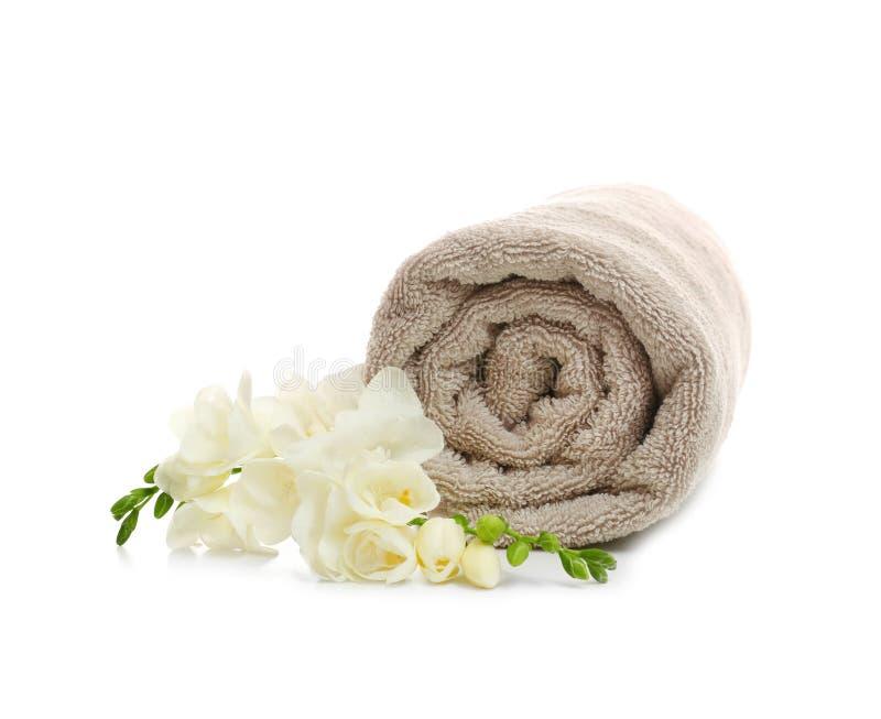 与花的干净的滚动的毛巾 免版税库存照片