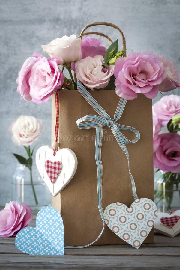 与花的心脏的St情人节水平的背景 免版税图库摄影