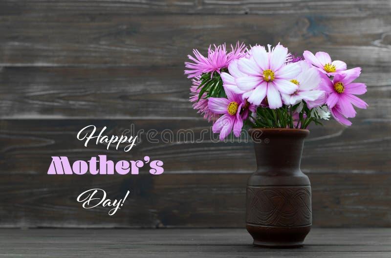 与花的愉快的母亲节卡片在花瓶 库存图片