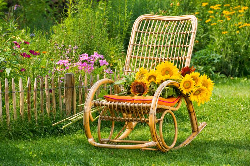 与花的摇椅 免版税库存照片